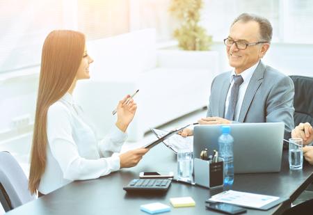 Personalabteilung und Fachbereich diskutieren über Bewerber -wer entscheidet?